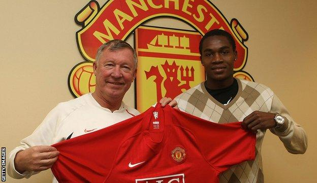 Manucho signs for Manchester United