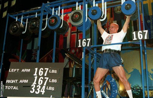 Sri Chinmoy lifting his own body weight at age 68
