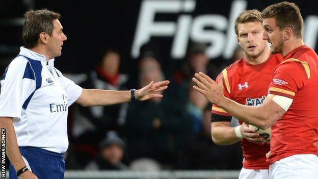 Sam Warburton makes a point to referee Jerome Garces