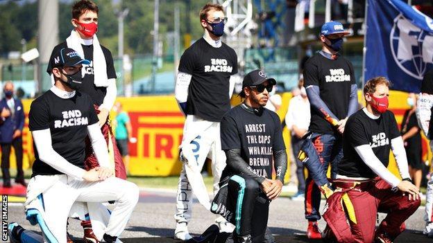 Lewis Hamilton และนักแข่งคนอื่น ๆ สวมเสื้อยืด 'End Racism' ในการแข่งขัน