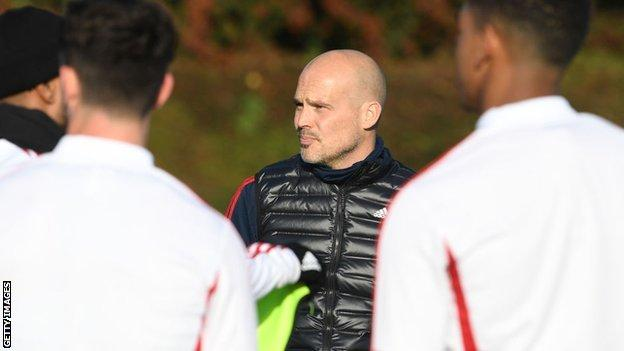 Freddie Ljungberg talks to players during an Arsenal training session