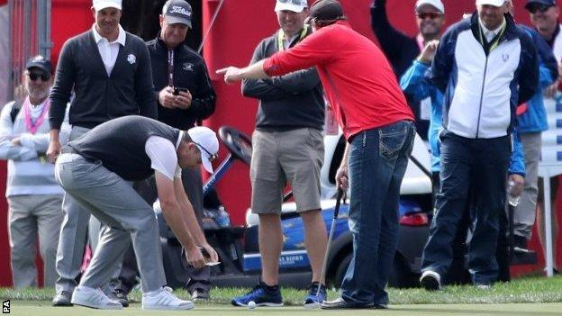 Justin Rose puts $100 on the green
