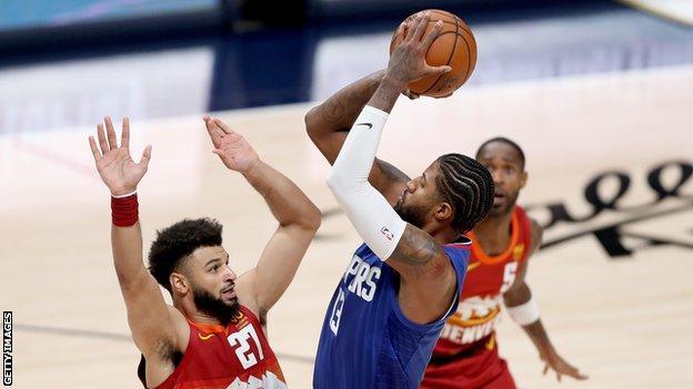 Los Angeles Clippers'ın yıldızı Paul George, Denver Nuggets'ın gardiyanı Jamal Murray'i vuruyor