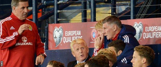 Scotland coach Gordon Strachan speaks to his coaching staff