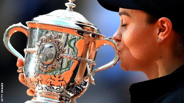 Ashleigh Barty kisses the trophy