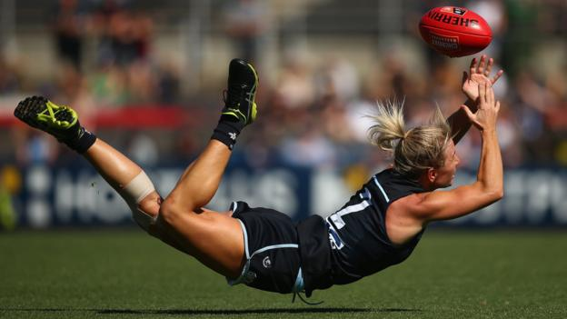 MELBOURNE, AUSTRALIA - MARCH 23: Katie Loynes of the Blues attempts to mark the ball during the AFLW Preliminary Final match between the Carlton Blues and the Fremantle Dockers at Ikon Park on March 23, 2019 in Melbourne, Australia. (Photo by Mike Owen/Getty Images)