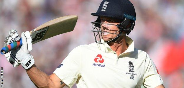 England batsman Joe Denly acknowledges the crowd after making 94 against Australia in the final Ashes Test at The Oval