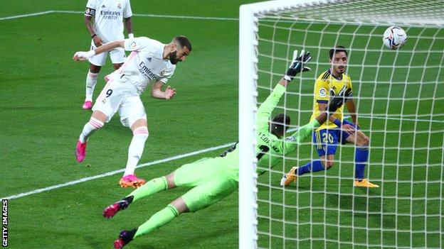 Cadiz 0-3 Real Madrid: Karim Benzema double takes Real level at the top of La Liga thumbnail
