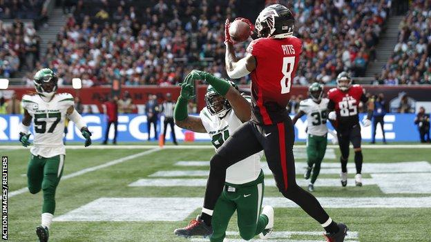 Kyle Pitts scores the Atlanta Falcons' first touchdown against the New York Jets