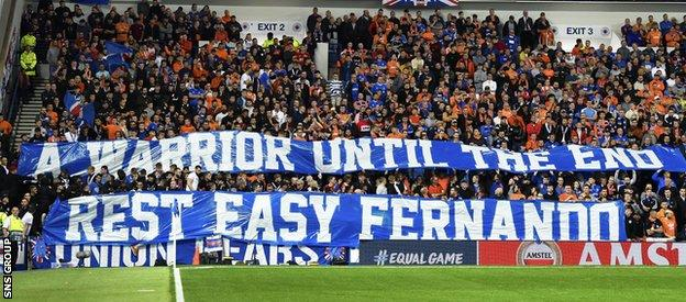 Fans paid tribute to the late Fernando Ricksen, who died on Wednesday