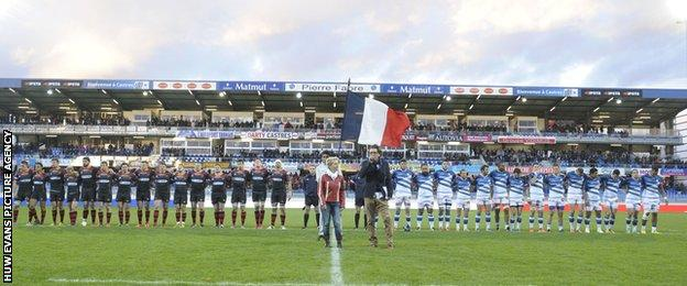 Dragons and Castres players observed a minutes silence for the victims of the Paris terrorist attacks