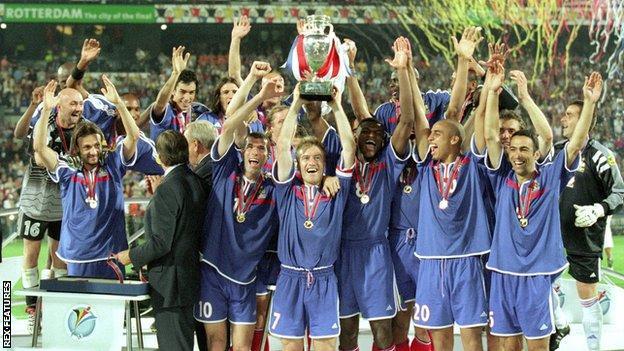 France celebrate winning Euro 2000