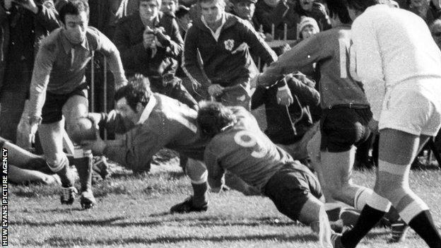 Phil Bennett scores the first of his two tries against France in 1978