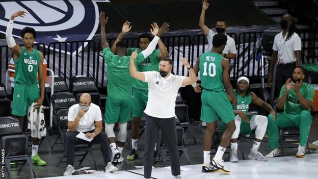 Los jugadores de baloncesto nigerianos celebran el resultado de un partido contra los Estados Unidos de América