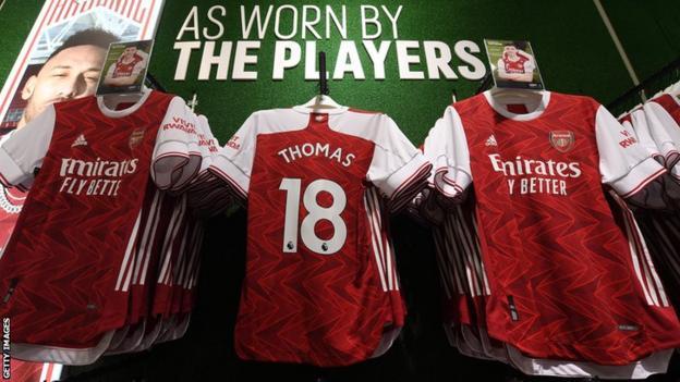 Chemises Arsenal avec le nom et le numéro de Thomas Partey sur raccrochage pour la vente