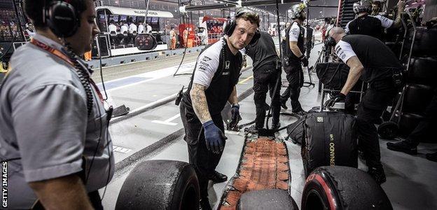 Pirelli - McLaren pit crew