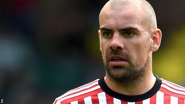 Darron Gibson in action for Sunderland