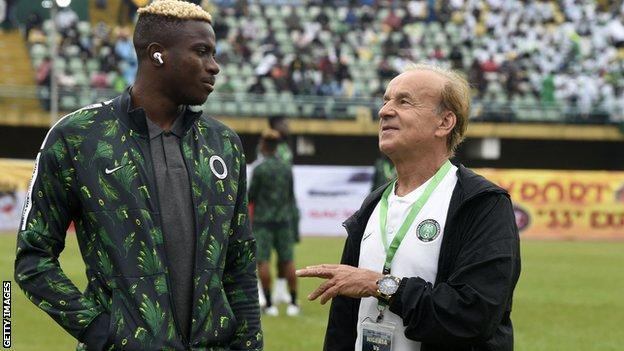 Victor Osimhen (a sinistra) con l'allenatore della Nigeria Gernot Rohr