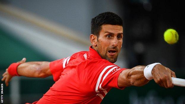 Novak Djokovic restituisce la palla contro Tennys Sandgren agli Open di Francia