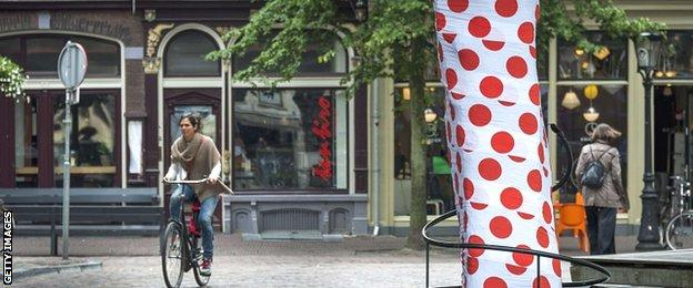 The trunk of a tree in Utrecht is covered in a polka dot pattern