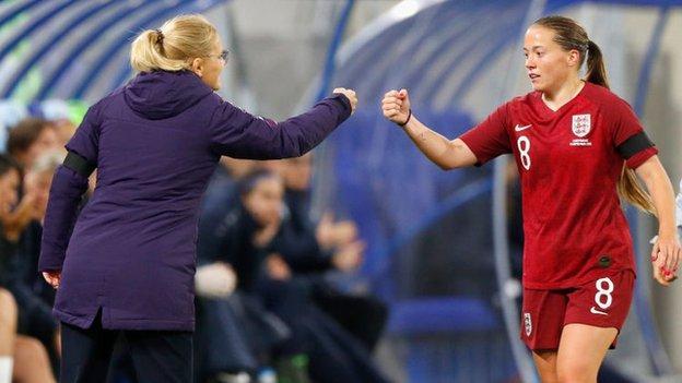 Fran Kirby Pumps gestita dall'allenatore dell'Inghilterra Sarina Wegman