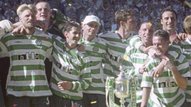 Celtic celebrate winning the Scottish Cup in 2001