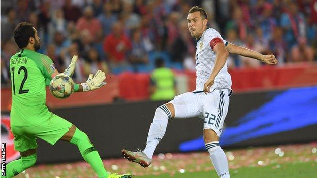 Artem Dzyuba scores Russia's second goal