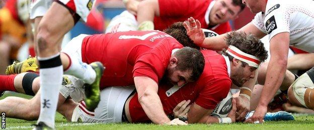 Dave O'Callaghan's touches down for Munster's all-important third try, supported by James Cronin