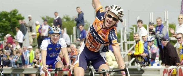 Mark Lovatt outsprints John Gadret to win the Manx International RR. 24th July 2003