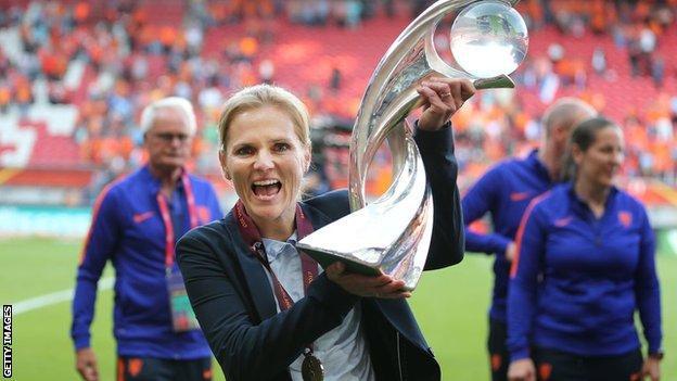 Sarina Wiegman with the Euro 2017 trophy