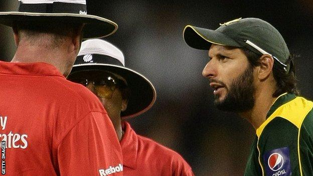 Shahid Afridi in discussions with the umpires in 2010