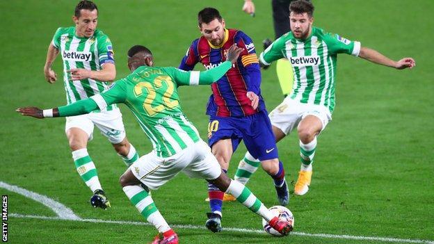 Lionel Messi, üç Real Betis oyuncusunu geride bıraktı