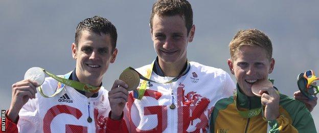 Alistair Brownlee, flanked by Jonny and bronze winner Henri Schoeman