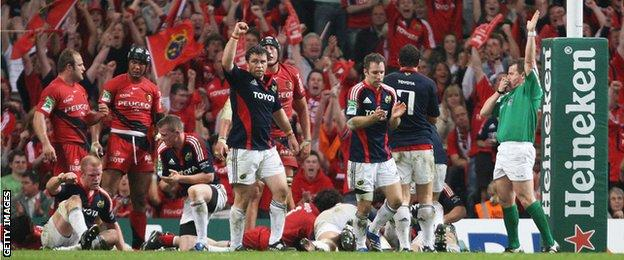 Nigel Owens awards a try to Munster during the 2008 Heineken Cup final against Toulouse