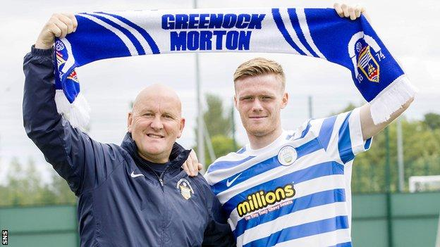 Morton manager Jim Duffy welcomes Denny Johnstone
