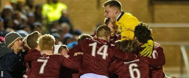 Linlithgow Rose celebrate Kevin Kelbie's winning goal