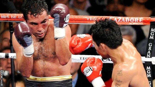 Oscar de la Hoya fighting Manny Pacquiao in Las Vegas in 2008