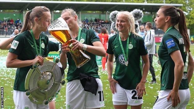 Caroline Graham Hansen and Wolfsburg celebrate