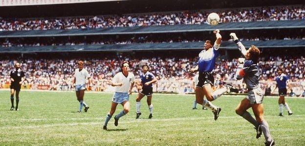 Diego Maradona'nın 1986'da Meksika'daki Azteca Stadyumu'nda İngiltere'ye karşı 'Hand of God' golü
