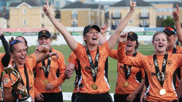 Charlotte Edwards (centre) celebrates winning the Kia Super League title in 2016