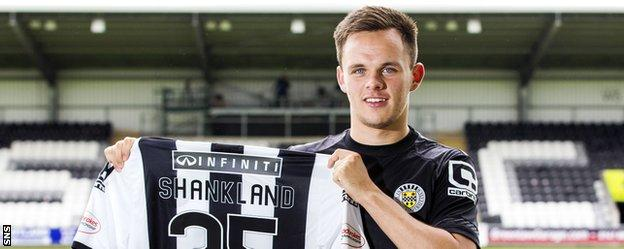 Lawrence Shankland with his St Mirren jersey