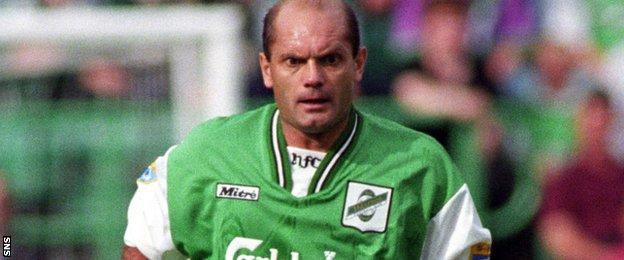 Ray Wilkins in action for Hibs