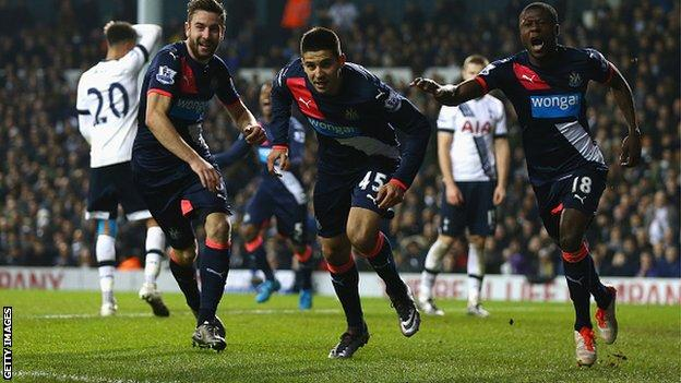 Newcastle United players celebrate equalising against Tottenham