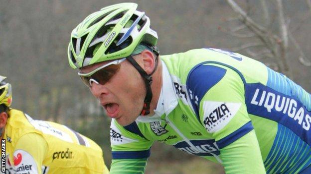 Elynor's father Magnus Backstedt is a former professional cyclist who won the 2004 Paris-Roubaix