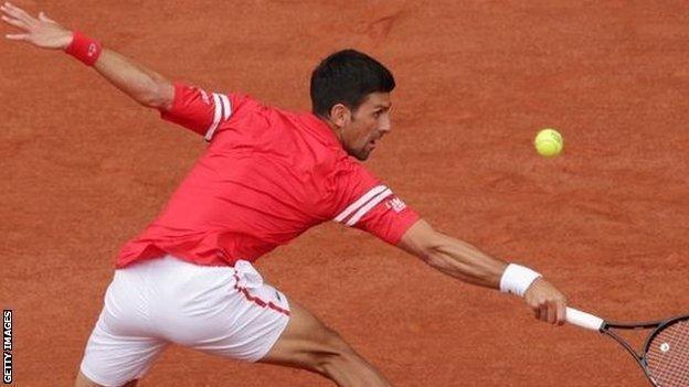 Novak Djokovic s'étire pour un ballon contre Ricardas Berankis