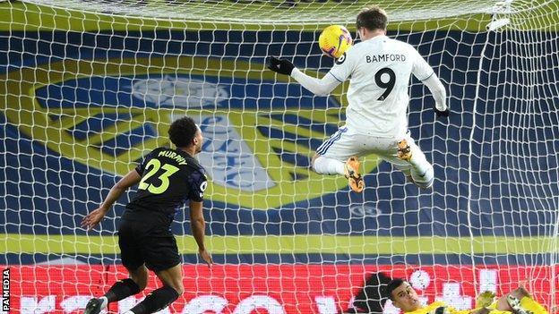 Patrick Bamford (sağda) Leeds için gol atıyor