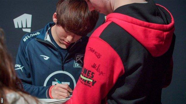 EXCEL player Son Young-min, known as 'Mickey', signs autographs