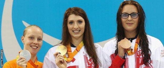 Bethany Firth (centre) on the podium with Dutch silver medallist Marlou Van der Kulk (left) and British bronze medallist Jessica-Jane Applegate