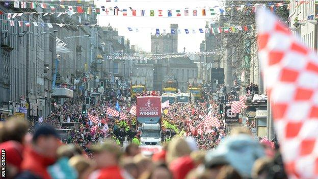 Aberdeen fans around the bus parade for League Cup win