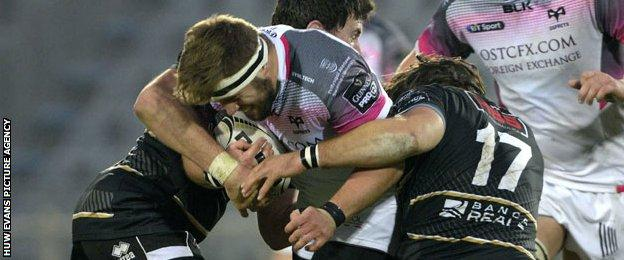 Scott Otten takes on the Zebre defence